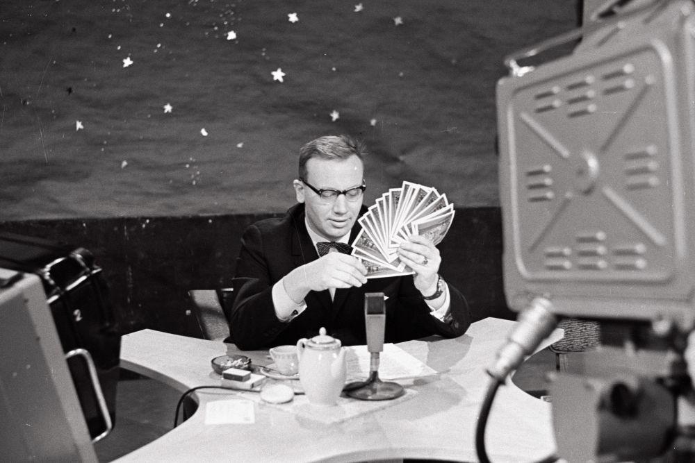 """Saatejuht Andres Vihalem """"Horoskoobi"""" stuudios 1969.a. EFA.412.0.208214"""