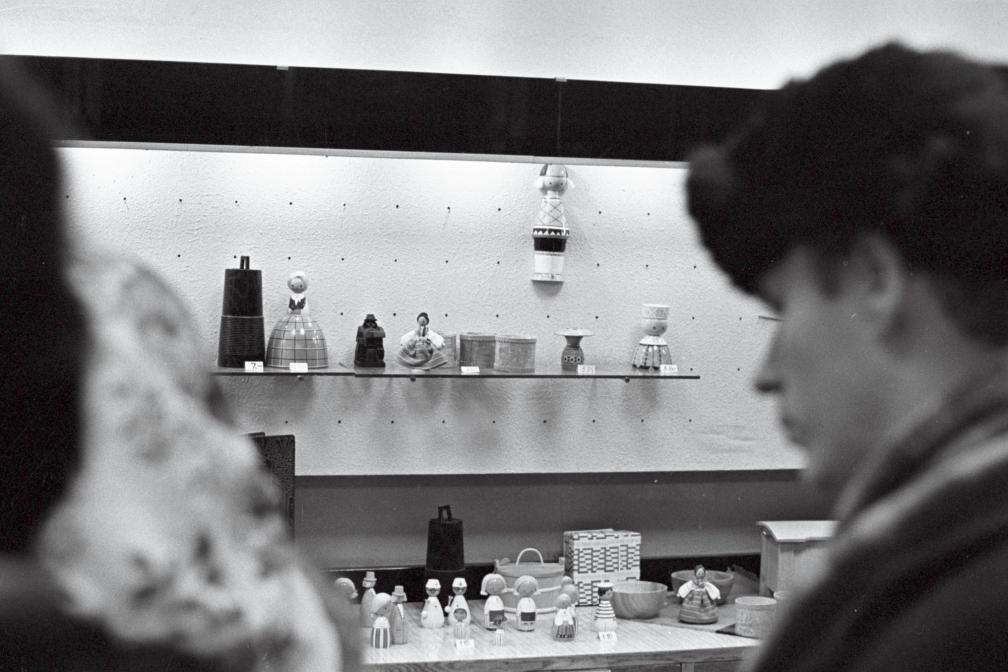1968. aasta suveniirilett Tallinna Kaubamajas - puust rahvariietes nukukesed. EFA.412.0-242201