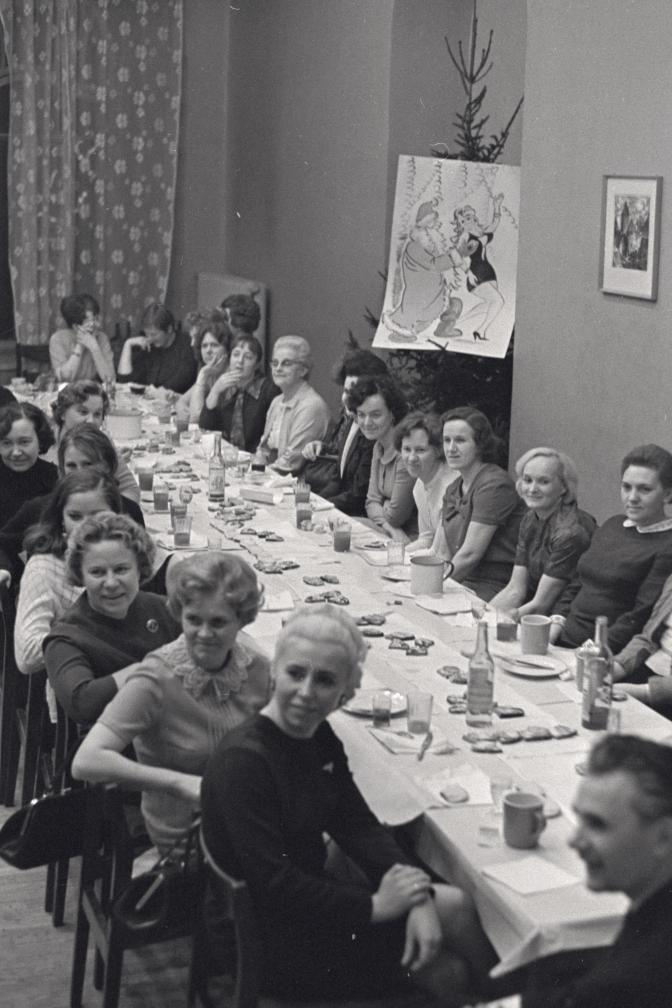 Tallinna Kaubamaja töötajad peavad nääripidu kaetud laua taga. EFA.412.0-242268