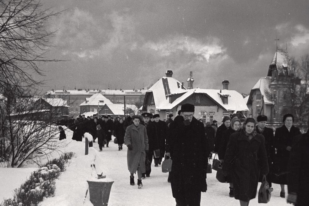 Fotol on palju inimesi tänaval. 35mm negatiivfilm. Foto: Valdur-Peeter Vahi. Detsember 1958.