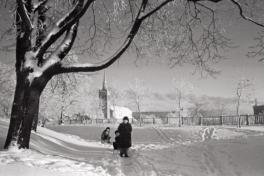 Fotol naine ja lapsed lumises pargis. Foto: Valdur-Peeter Vahi. Detsember 1958.