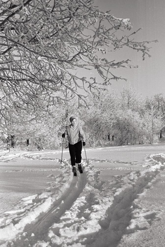 Naine suusatamas. Foto: Valdur-Peeter Vahi. Detsember 1958.