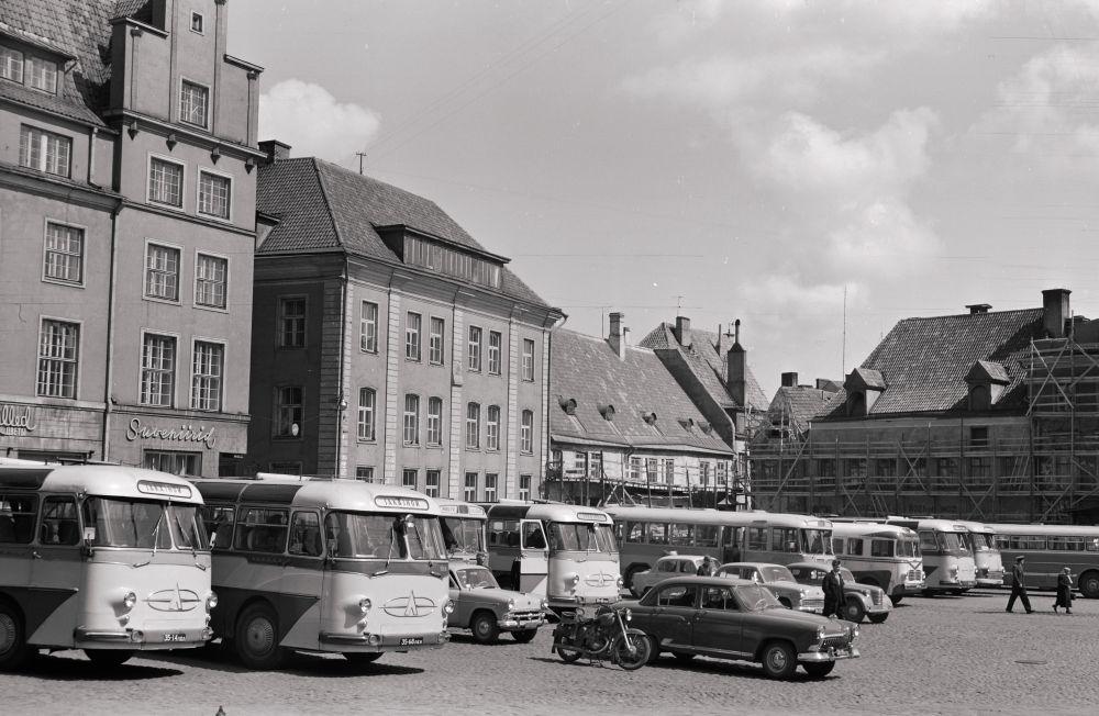 Turismibussid Raekoja platsil, 1965. RA, EFA. 412.-1.12816. 120mm negatiivfilm