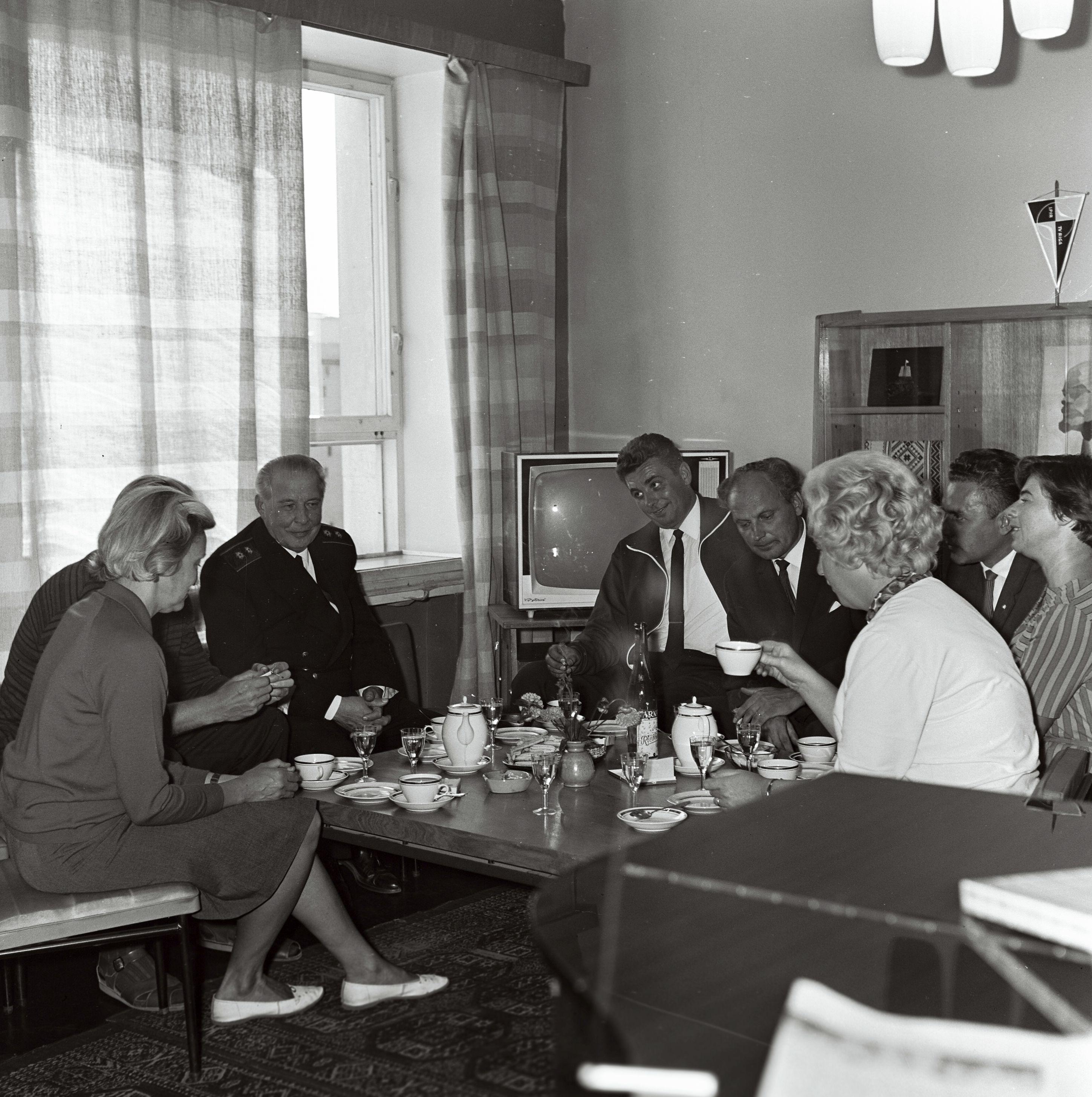 Teletöötajad, nende hulgas Valdo Pant, Rein Karemäe, Endel Haasmaa vestlemas. 26. august1967. Foto Valdur-Peeter Vahi. RA. EFA.412.0-3166778.
