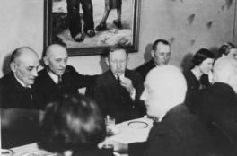 """Kirjanik Anton Hansen Tammsaare (vasakult 3.) """"Ühenduse"""" pidulauas. Tartu 1938. EFA.415. 0-151817"""