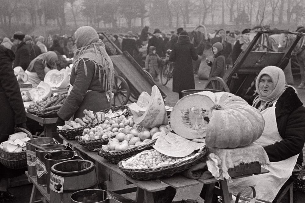 Turumüüjad kaubaga, esiplaanil aedviljamüüja kõrvitsaga. Oskar Viikholmi foto 1939. 35mm negatiivfilm
