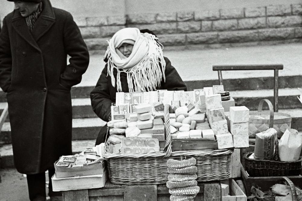 Naine müüb turul seepe. Oskar Viikholmi foto 1939. 35mm negatiivfilm
