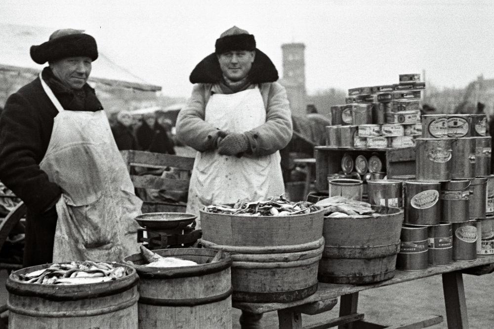 Mehed turul kala müümas. Oskar Viikholmi foto 1939. 35mm negatiivfilm