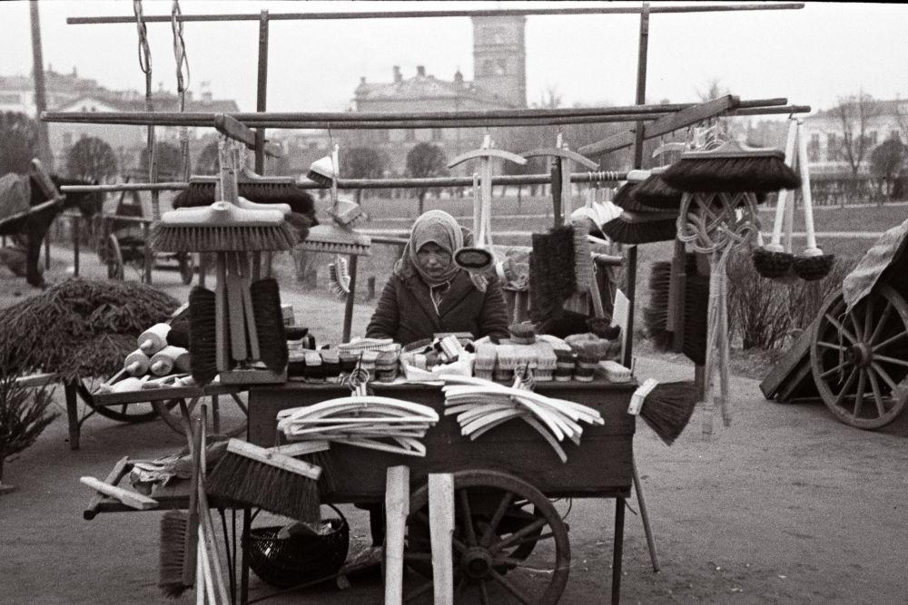 Naine müüb turul luudasid, harju, riidepuid. Oskar Viikholmi foto 1939. 35mm negatiivfilm