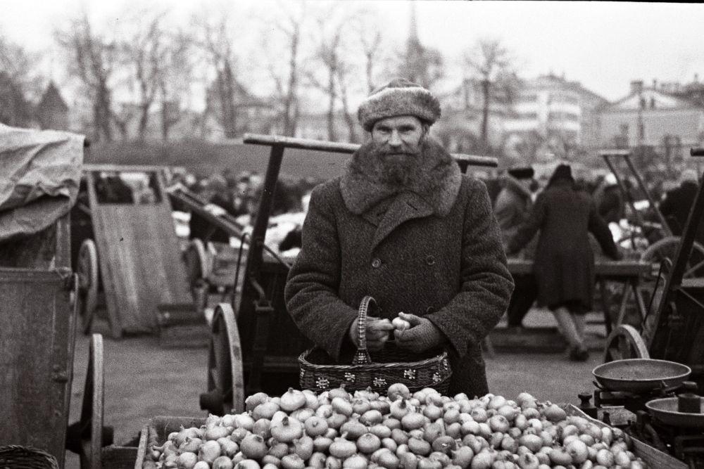 Mees turul sibulaid müümas. Oskar Viikholmi foto 1939. 35mm negatiivfilm