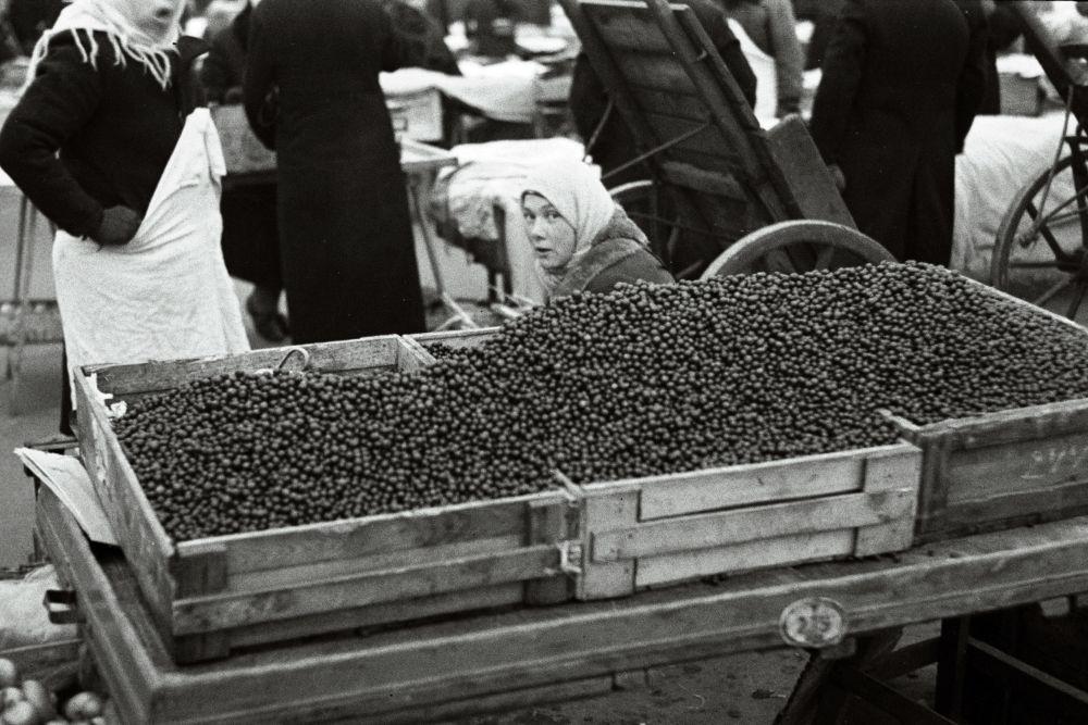 Naine turul jõhvikaid müümas. Oskar Viikholmi foto 1939. 35mm negatiivfilm