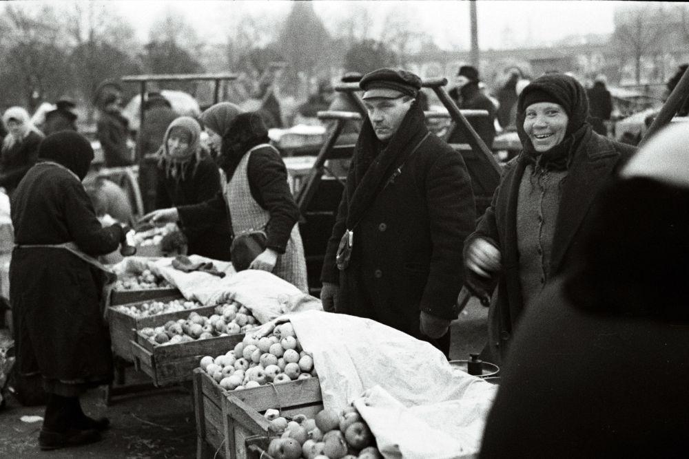 Õunamüüjad turul. Oskar Viikholmi foto 1939. 35mm negatiivfilm