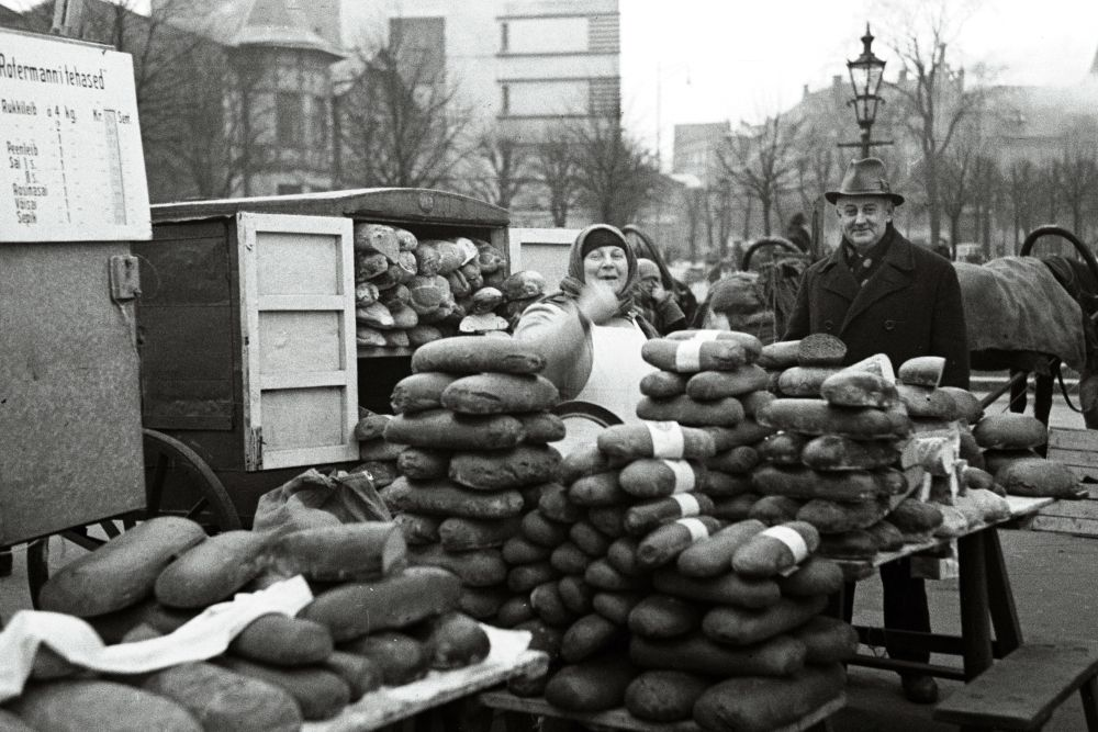Leivamüüjad turul. Oskar Viikholmi foto 1939. 35mm negatiivfilm