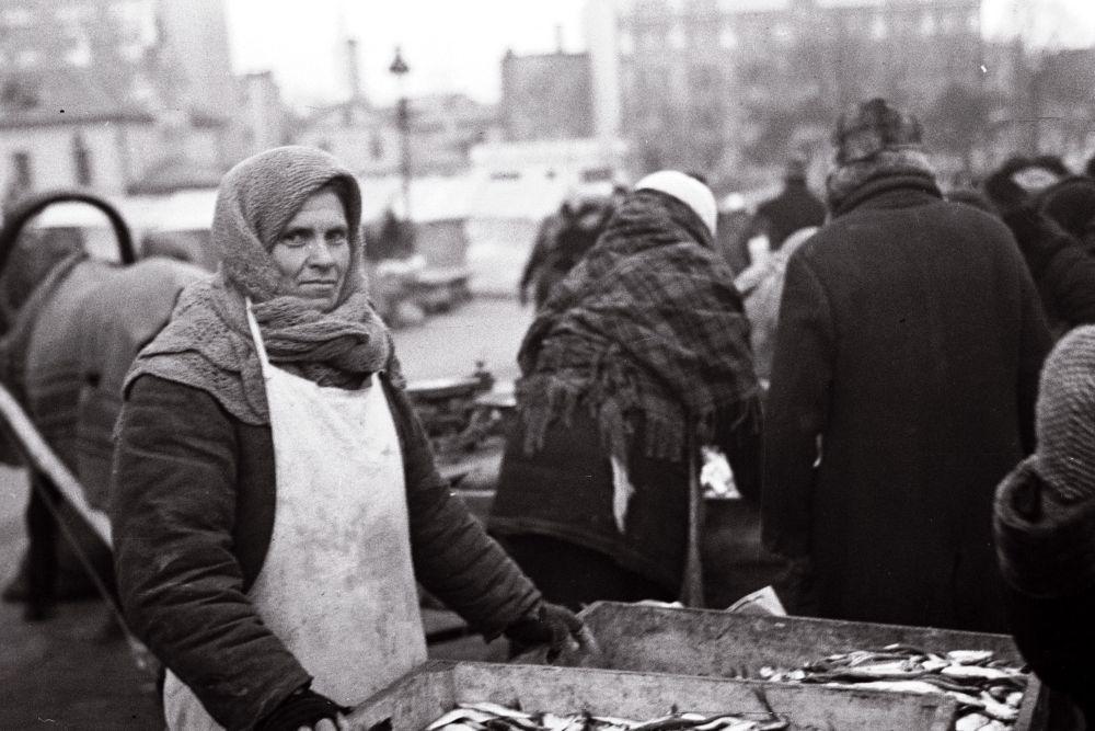 Naine turul kalu müümas. Oskar Viikholmi foto 1939. 35mm negatiivfilm