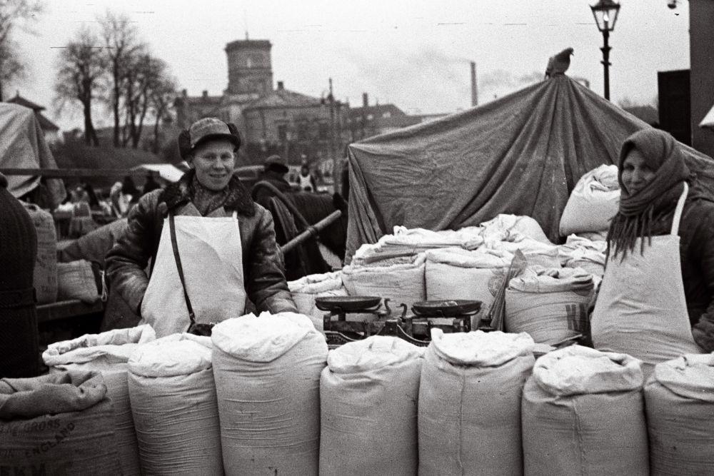 Jahumüüjad turul. Oskar Viikholmi foto 1939. 35mm negatiivfilm