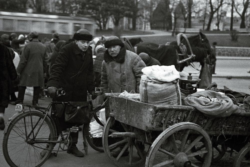 Turulised. Kõrvalseisvas vankris on jahukott. Oskar Viikholmi foto 1939. 35mm negatiivfilm