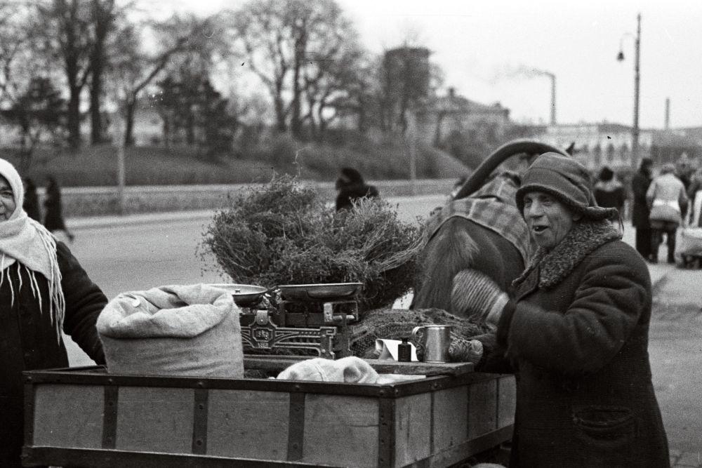 Turumüüjad hobuvankrilt kaupa müümas. Oskar Viikholmi foto 1939. 35mm negatiivfilm