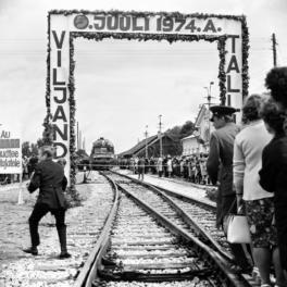 Esimene rong saabub Viljandi jaama 5. juunil 1974. RA, EFA.508.0-170298