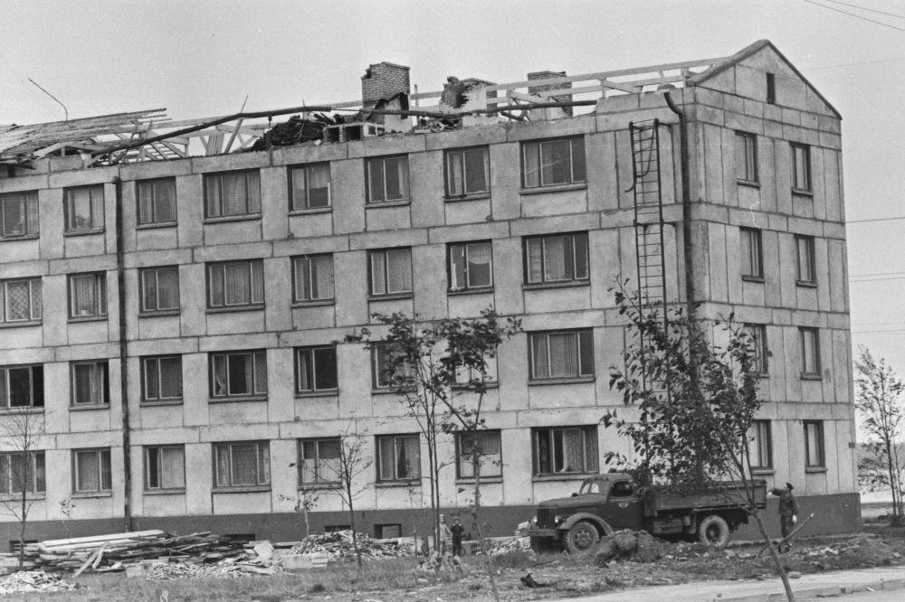 TormikahjustusedTallinnas1967. Kortermajalt on ära lennanud katus. Foto V.Salmre. RA, EFA.513.0-159045. 35mm negatiivfilm
