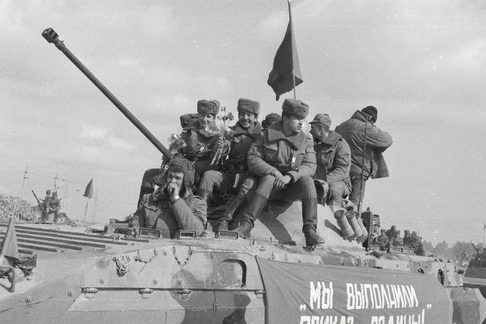 Seoses riigipöördekatsega NSV Liidus suunduvad tankikolonnid läbi Võrumaa Tallinna poole, 1991. Kaido Jakobi. RA, EFA.538.0-166478. 35mm negatiivfilm