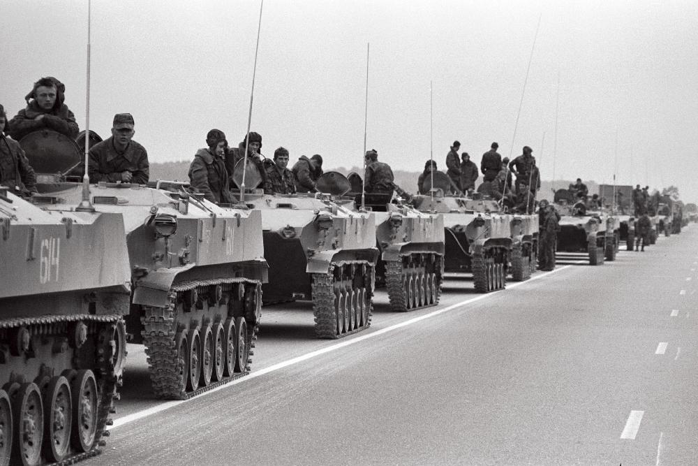 Tallinna poole suunduvad tankikolonnid, 1991. Harald Leppikson, RA, EFA.546.0-285882