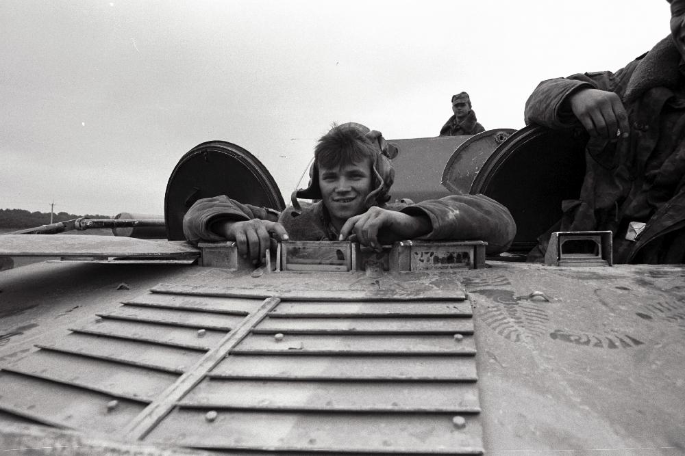 Tallinna poole suunduvad tankikolonnid, 1991. Harald Leppikson, RA, EFA.546.0-285886