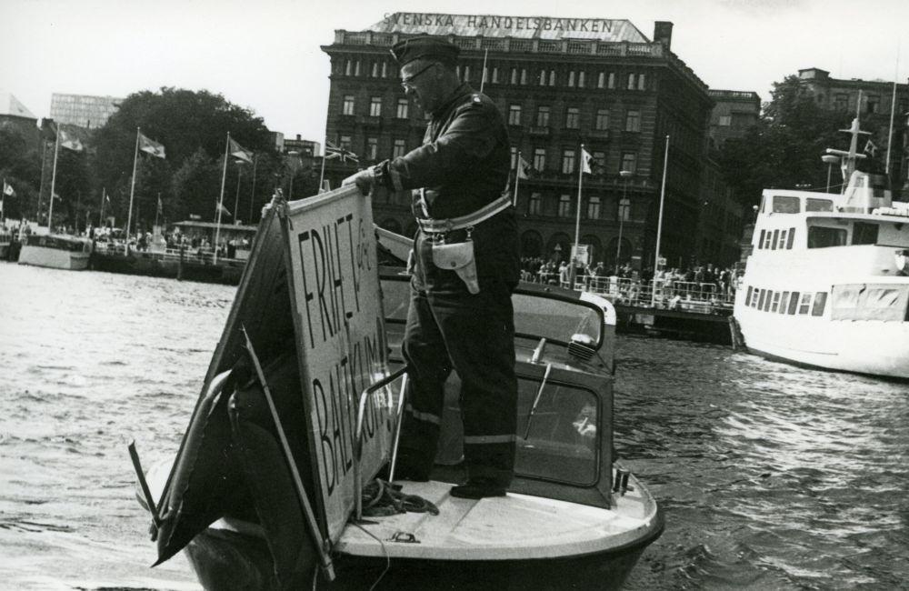 """Politsei korjab ära Stokholmis vette ujuma lastud plakati """"Vabadus Baltikumile"""", 1968. EFA.656.0-409715. efa0656_000_0000000_409715_ft"""