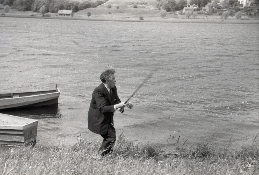 Gustav Ernesaks Viljandi järve ääres kala püüdmas, 1952. RA, EFA.743. 0-390574. efa0743_000_0000000_390574_ft