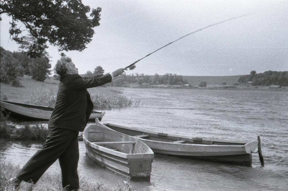 Gustav Ernesaks Viljandi järve ääres kala püüdmas, 1952. RA, EFA.743. 0-390575. efa0743_000_0000000_390575_ft