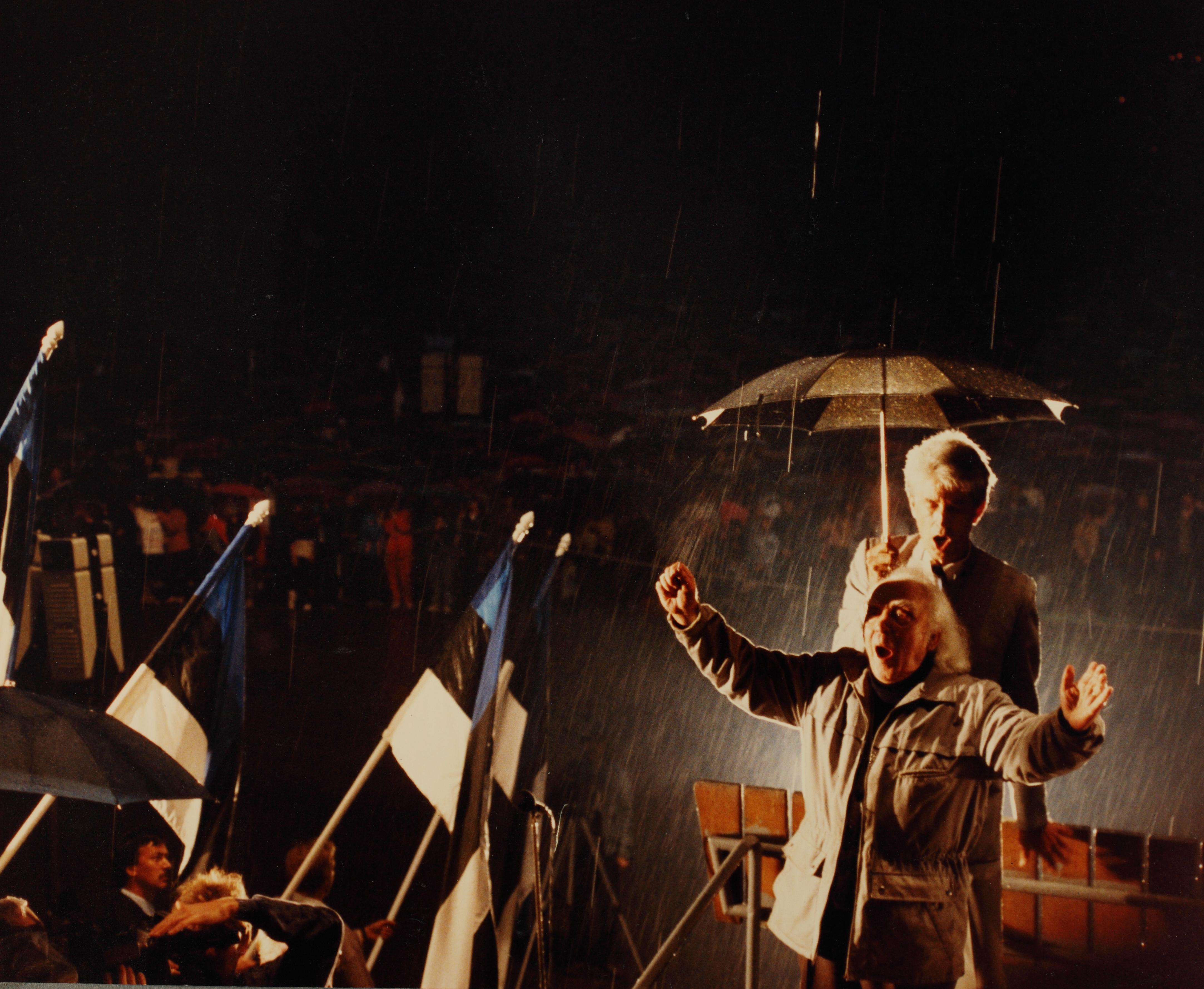 Gustav Ernesaks koori juhatamas Eestimaa Laulu kontserdil, 1988. RA, ERA.5000.1.17.30p.1. era5000_001_0000017_00160_0030p_00001_ft