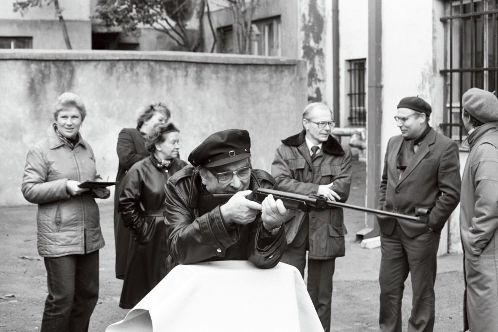 Partei Ajaloo Instituudi ja arhiivi töötajad harjutamas relva käsitsemist tsiviilkaitseõppusel maja hoovis, 1988. ERAF2.2.4434.17. eraf2-2-04434-17