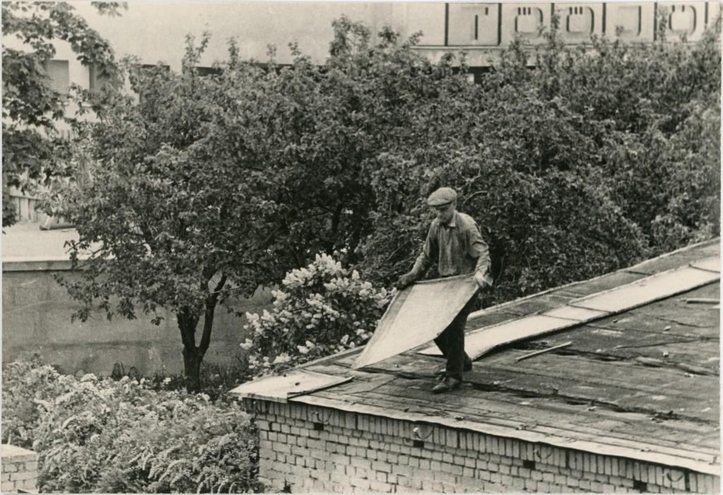 On alanud hoovis paiknenud garaaži lammutustööd, taustal õunapuud ja Tööjõureservide ujula, [1973]. ERAF2.2.2788.3. eraf2-2-2788-3