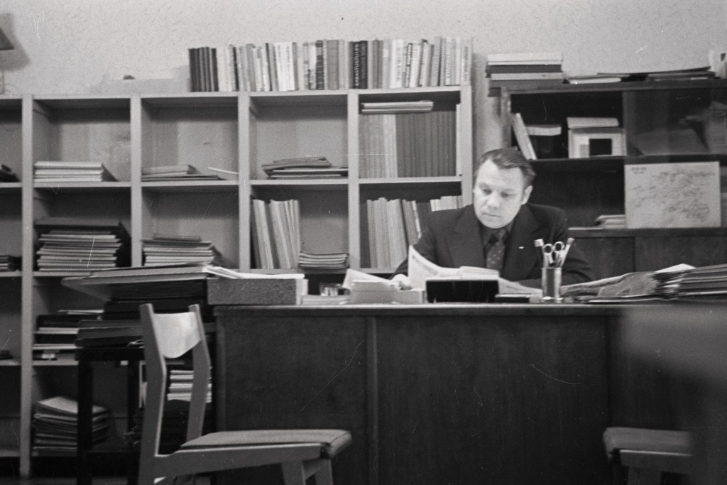 Rein Oras, Partei Ajaloo Instituudi teadur, hiljem Parteiarhiivi vanemarhivaar töölaua taga, [1970. aastad] ERAF2.2.3121.22. eraf2-2-3121-22