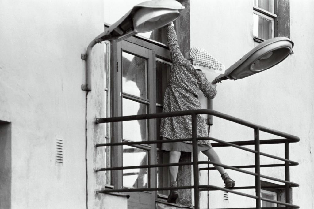 """Elegantne aknapesu järjekordsel """"kommunistlikul laupäevakul"""" 1988. aastal. ERAF2.2.4432.2. eraf2-2-4432-2"""