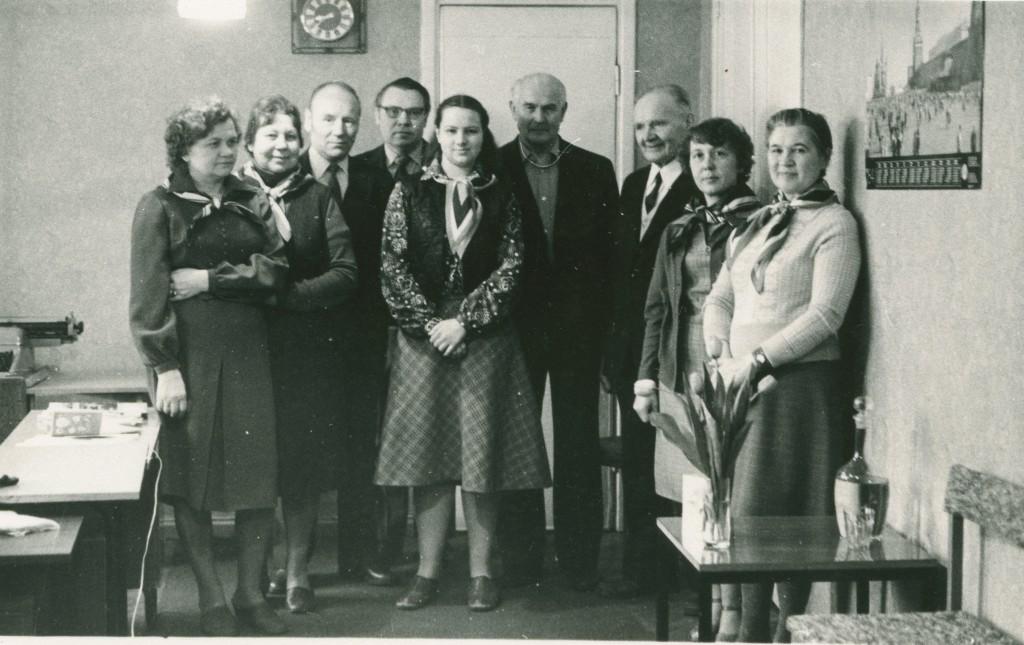 Partei Ajaloo Instituudi parteiarhiivi naistöötajad said naistepäevakingituseks rätikud, 1984. ERAF2.2.4524.3. eraf2-2-4524-3