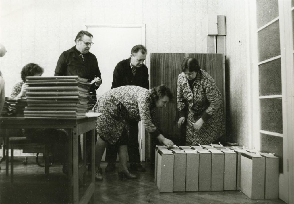 Parteiarhiivi töötajad võtavad vastu karpidesse paigutatud uusi dokumente, 1980. aastad ERAF2.2.9158.1. eraf2-2-9158-1