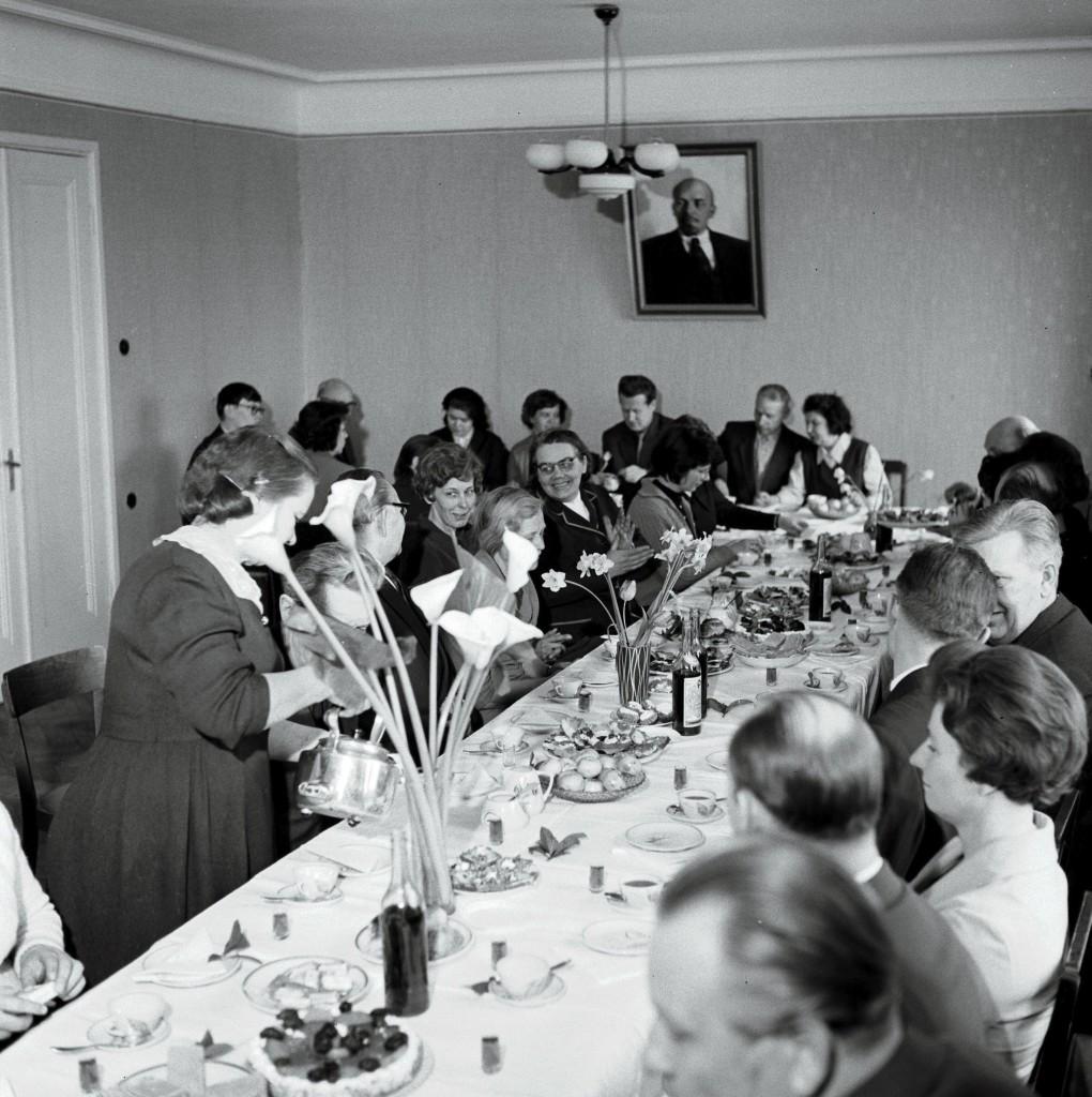 Meeleolukas kolleegi juubeli tähistamine EKP KK Partei Ajaloo Instituudis 1966. aastal ERAF2.2.983.2. eraf2-2-983-2