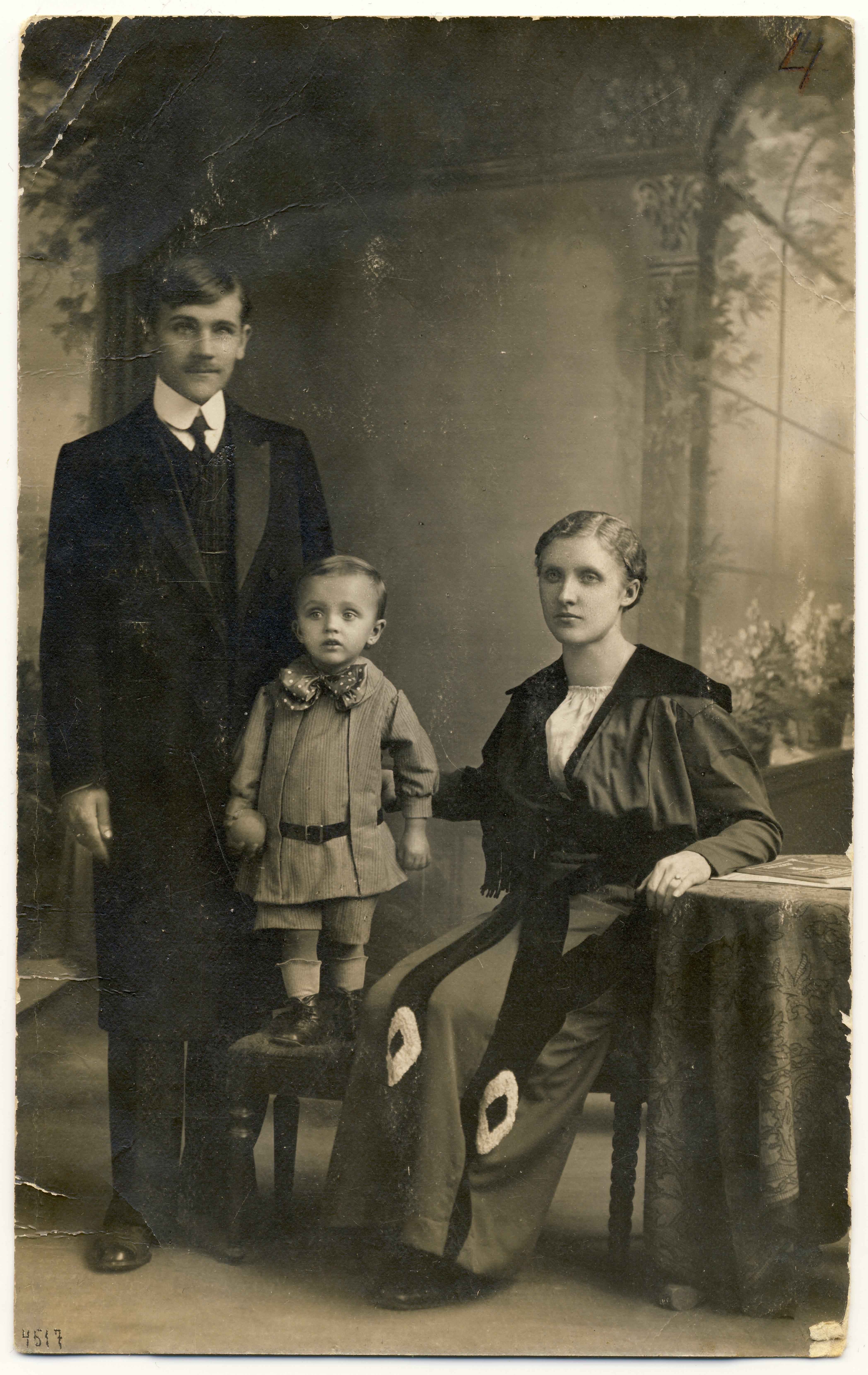 Raimond Valgre vanematega (Johannes ja Linda Tiisel) Paides