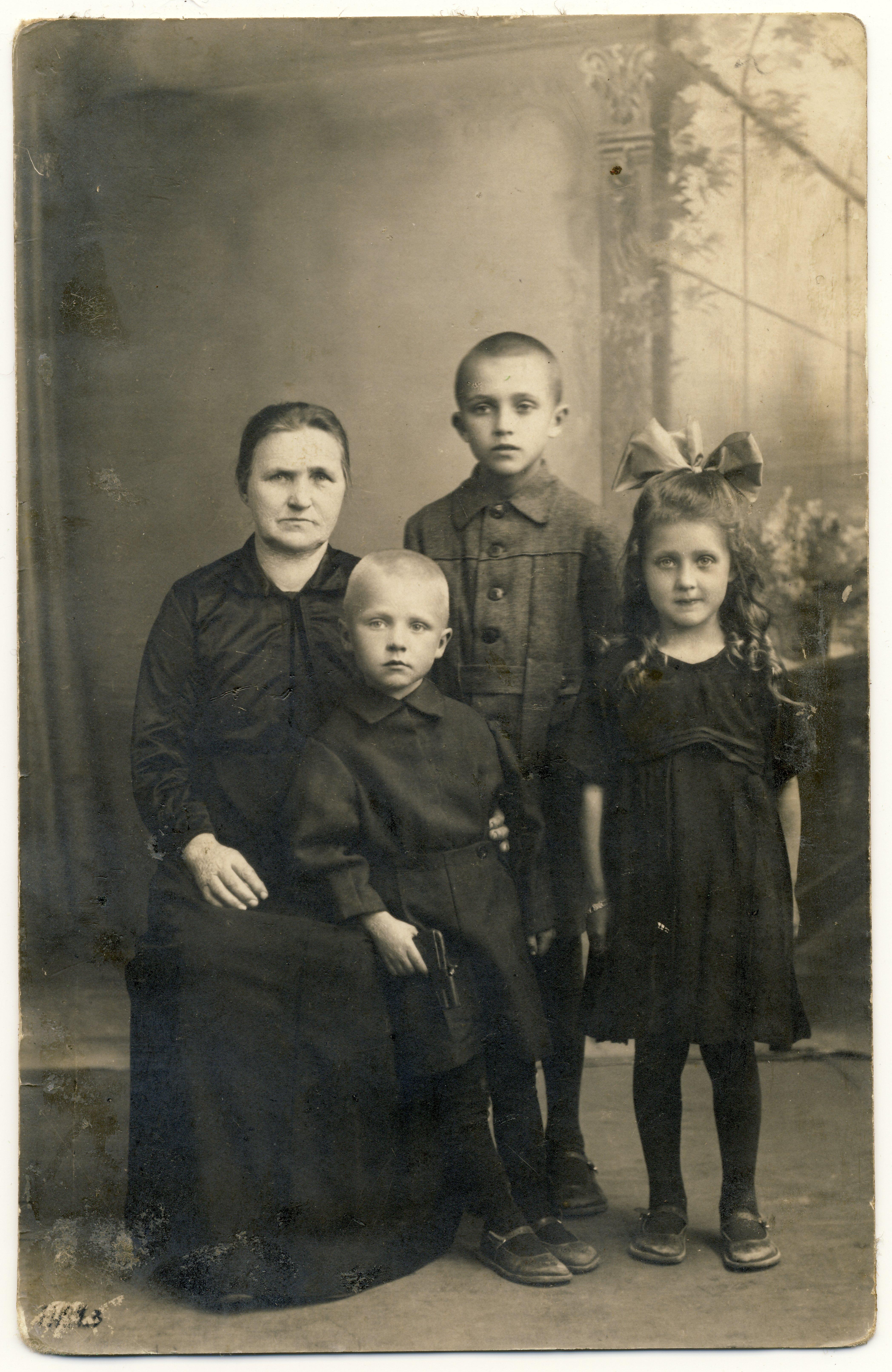 Raimond Valgre (seisab taga) koos vanaema Eevi Kommusaare, õde Eevi ja vend Ennuga