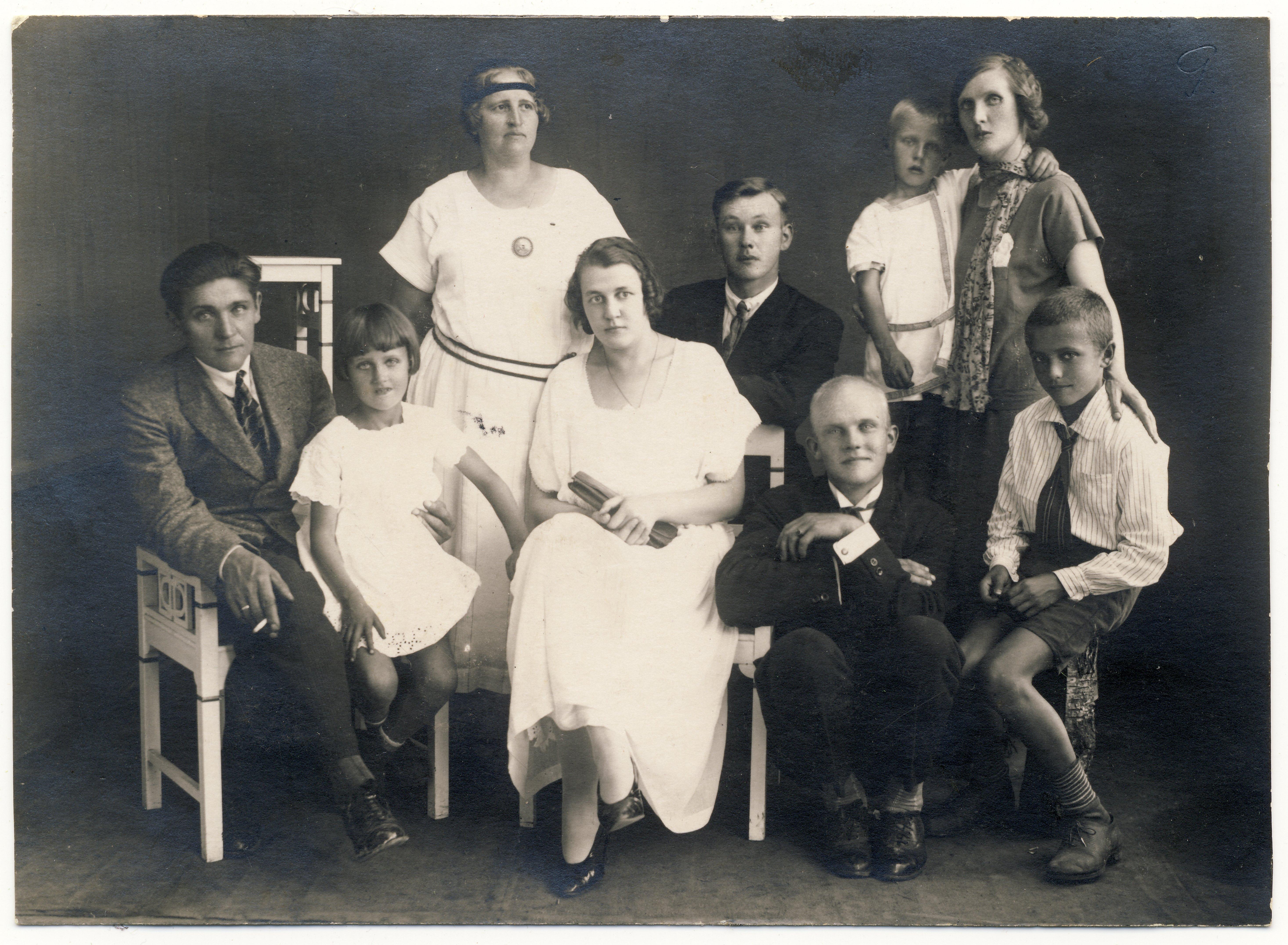 Raimond Valgre - paremalt esimene. Tema selja taga ema Linda Tiisel koos poeg Ennuga. Vasakult esimene R. Valgre isa koos tütar Eeviga.