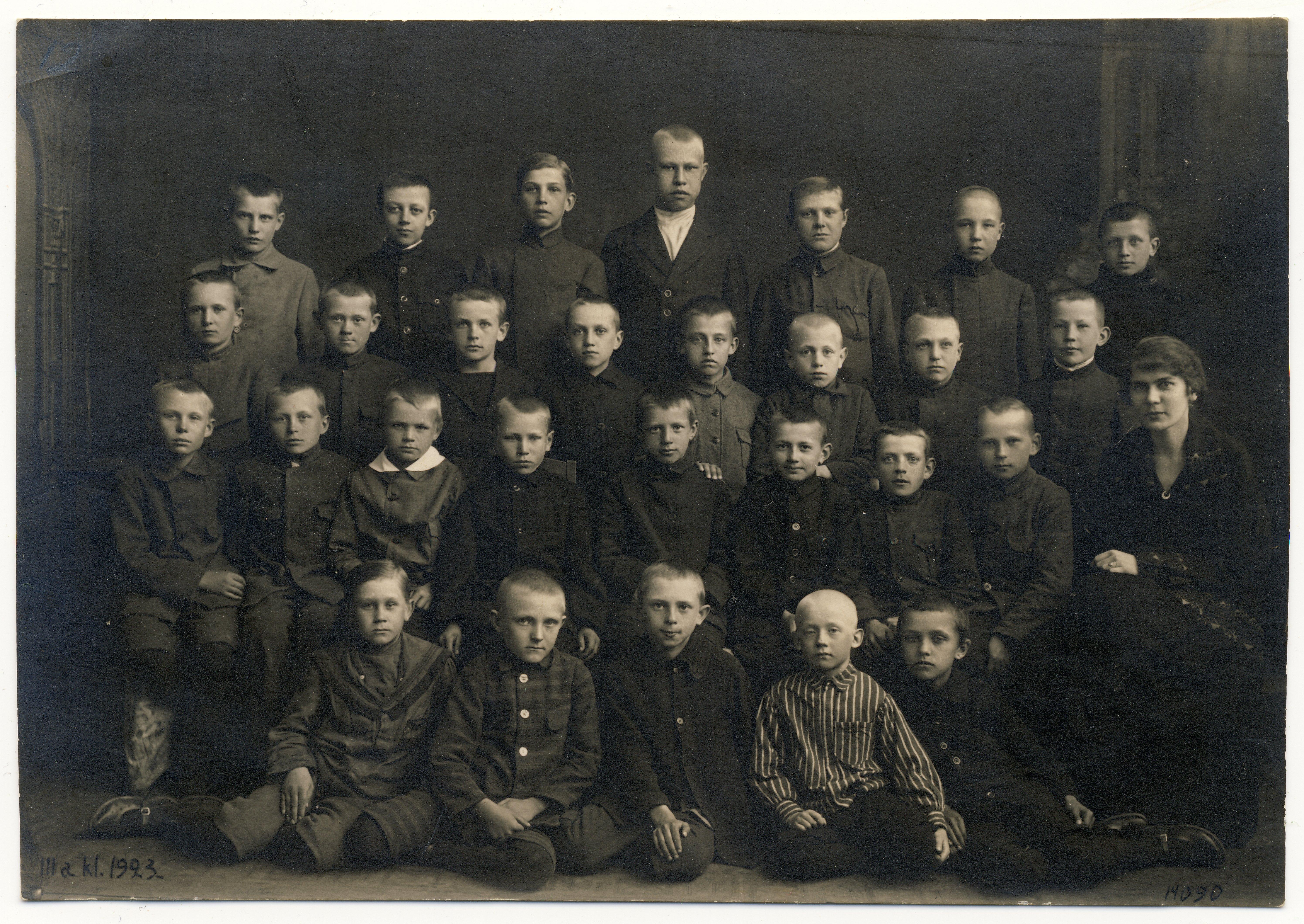 Raimond Valgre Rapla algkooli kolmanda klassi õpilasena, 1923. Esimene rida, paremalt esimene.