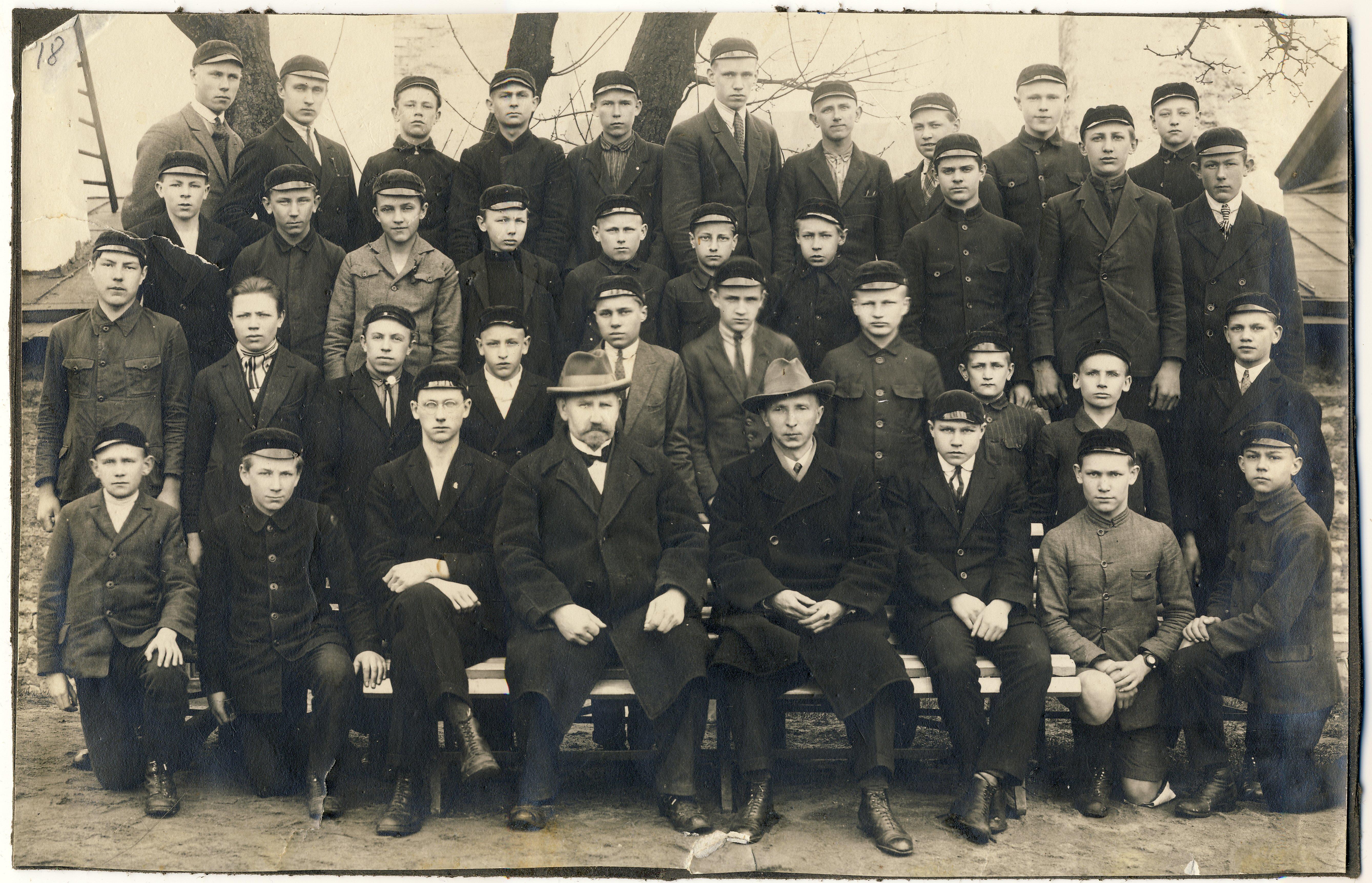 Raimond Valgre Tallinna Riigi Ühistehnika Gümnaasiumi õpilasena. Kolmas rida, vasakult kolmas.