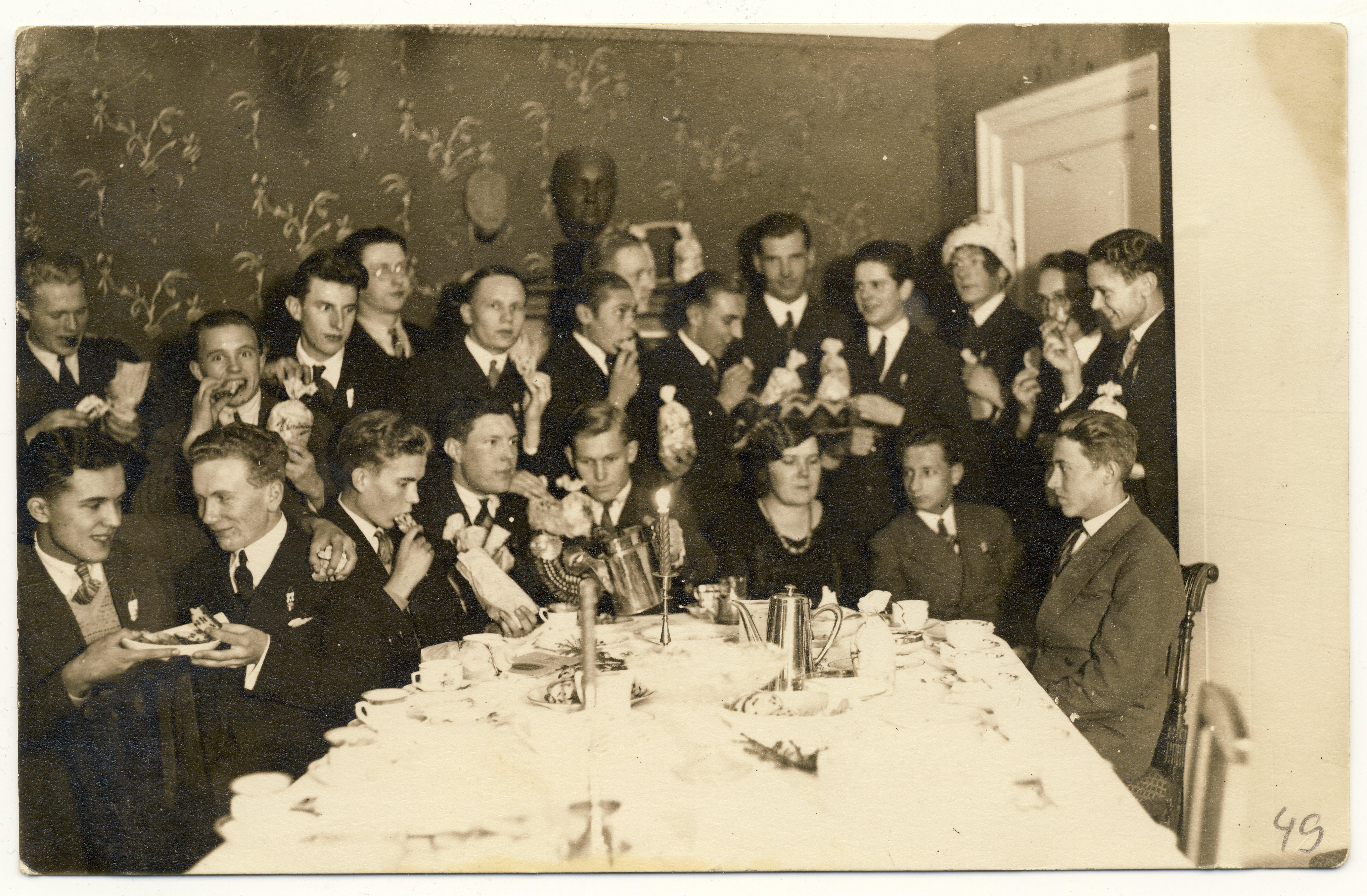 Tallinna Riigi Ühistehnika Gümnaasiumi lõpetajate kohviõhtu, 1931. Raimond Valgre vasakult esimene.