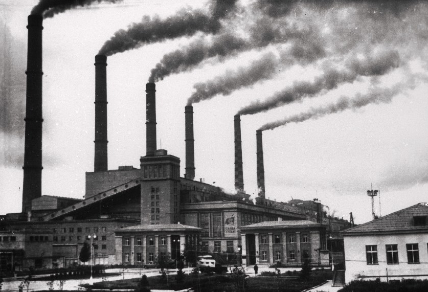 Balti Soojuselektrijaama suitsevate korstendega hoone. RA, ERAF.2.2.1936.2 . erf0002_002_0001936_00002_00000_00002_ft
