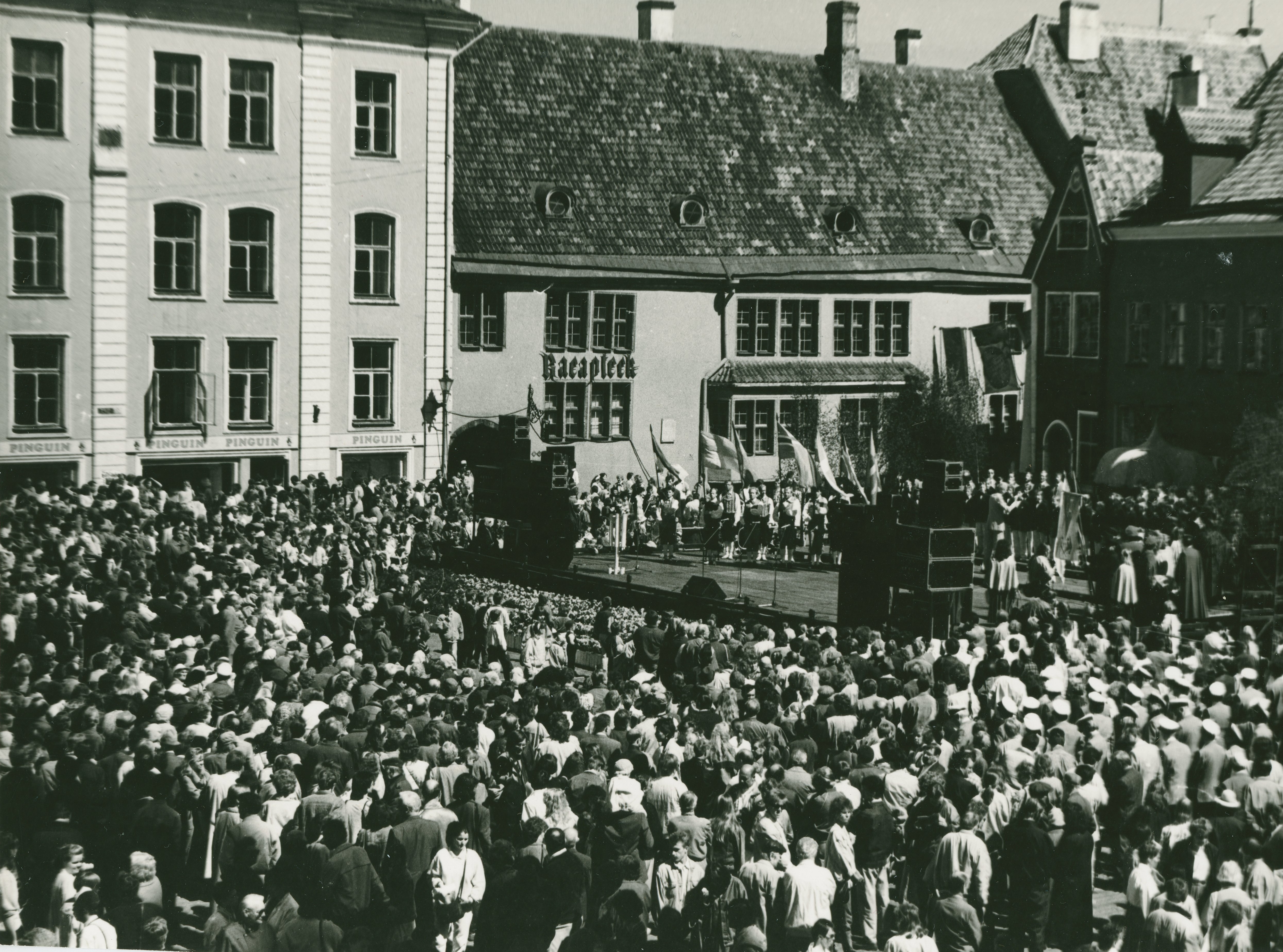 Foto Vanalinna päevadest aastatest 1984 - 1990. Rahvarohke üritus Raekoja platsil. Fotograaf: Georgi Tsvetkov. erf0002_002_0004293_00000_00001_fk