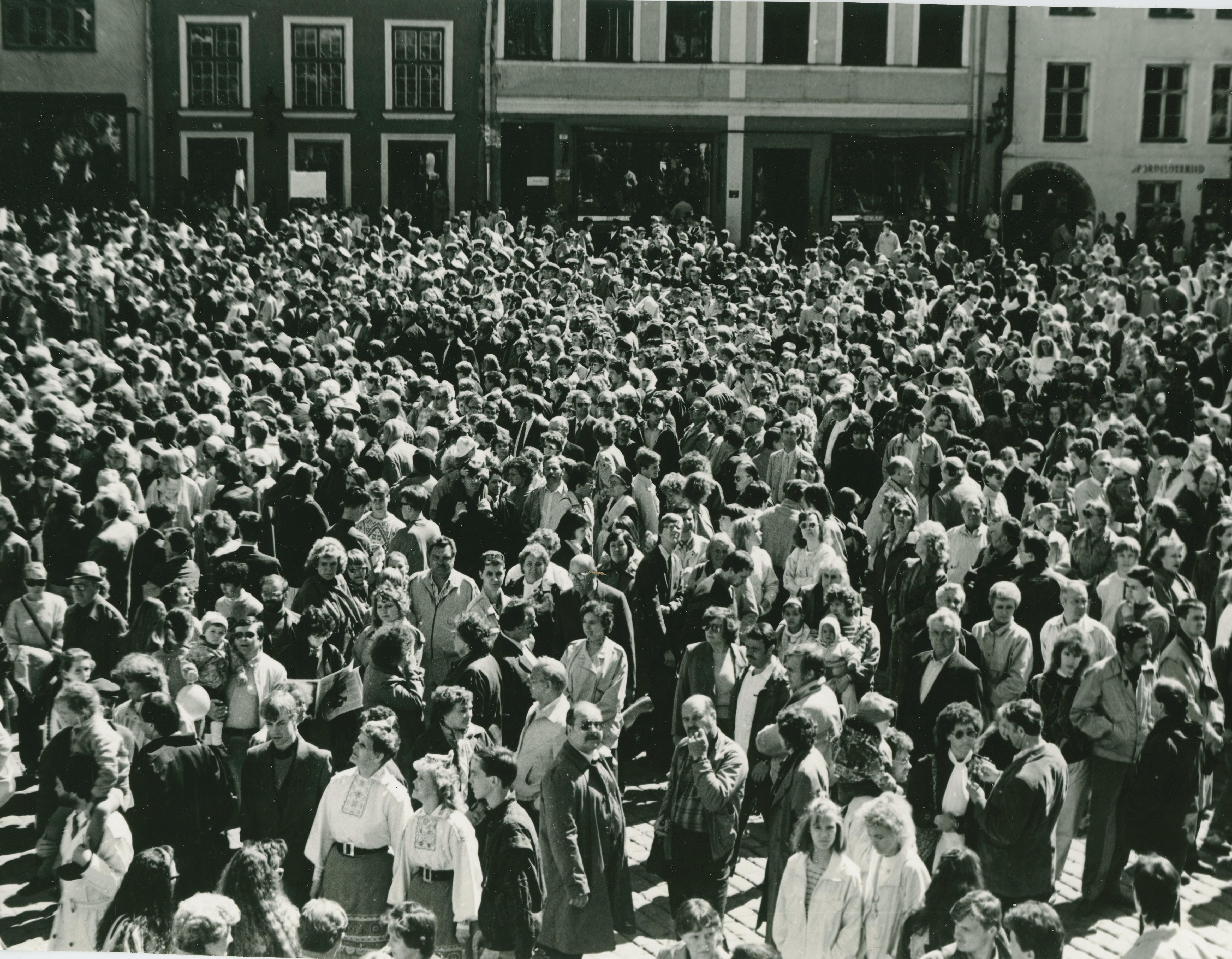 Foto Vanalinna päevadest aastatest 1984 - 1990. Rahvarohke üritus Raekoja platsil. Fotograaf: Georgi Tsvetkov.. rf0002_002_0004293_00000_00002_fk