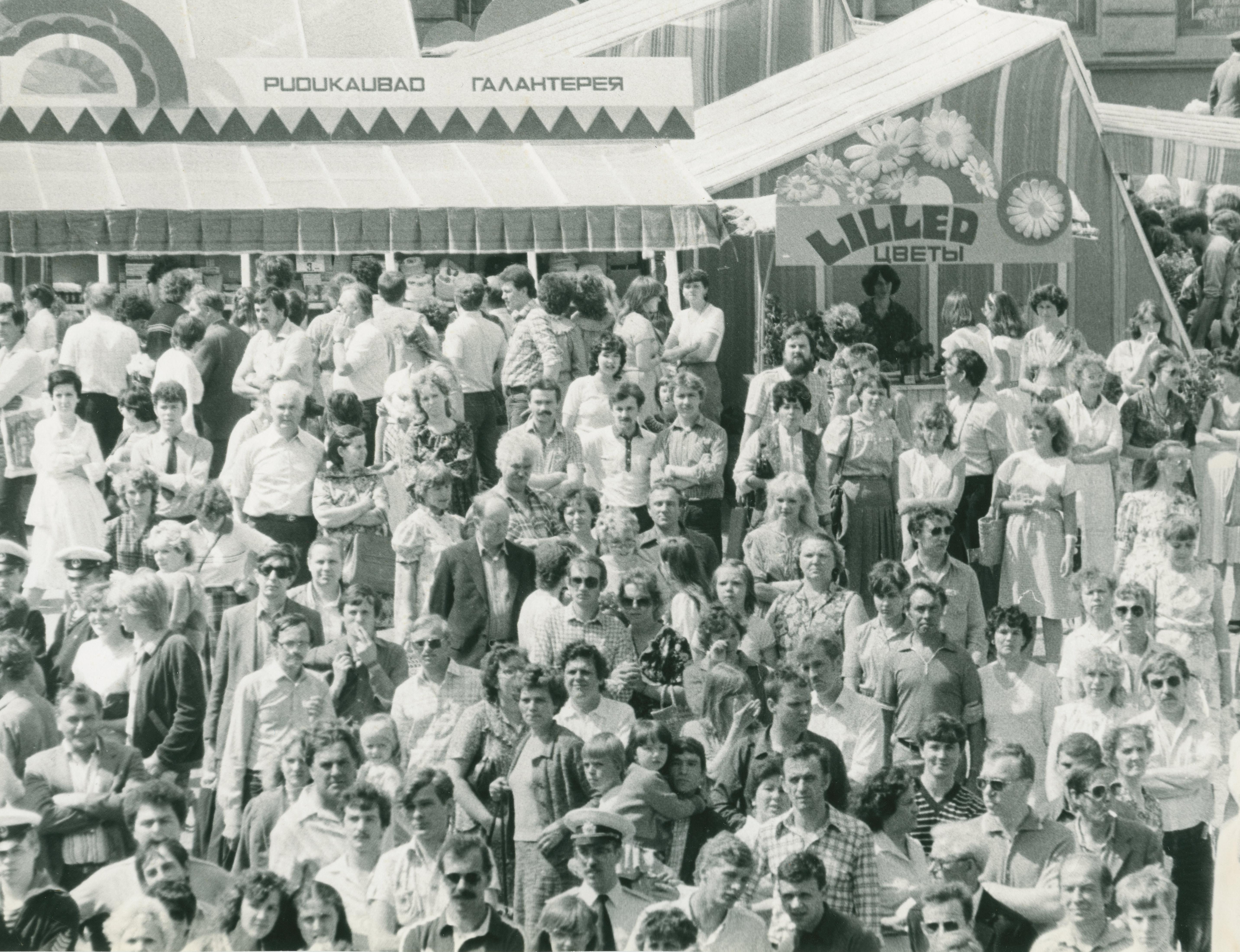 Foto Vanalinna päevadest aastatest 1984 - 1990. Rahvarohke üritus Raekoja platsil. Fotograaf: Georgi Tsvetkov. erf0002_002_0004395_00000_00017_fk