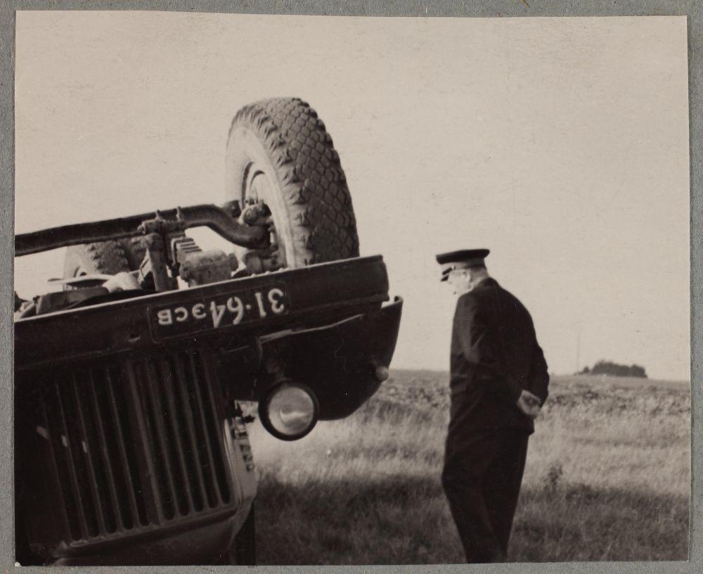 Miilitsatöötajad avariipaigal. 1965. Pildil kummuli läinud veoauto. RA, ERAF.2.2.9555.8 p.5.. erf0002_002_0009555_00087_0008p_00005_ft