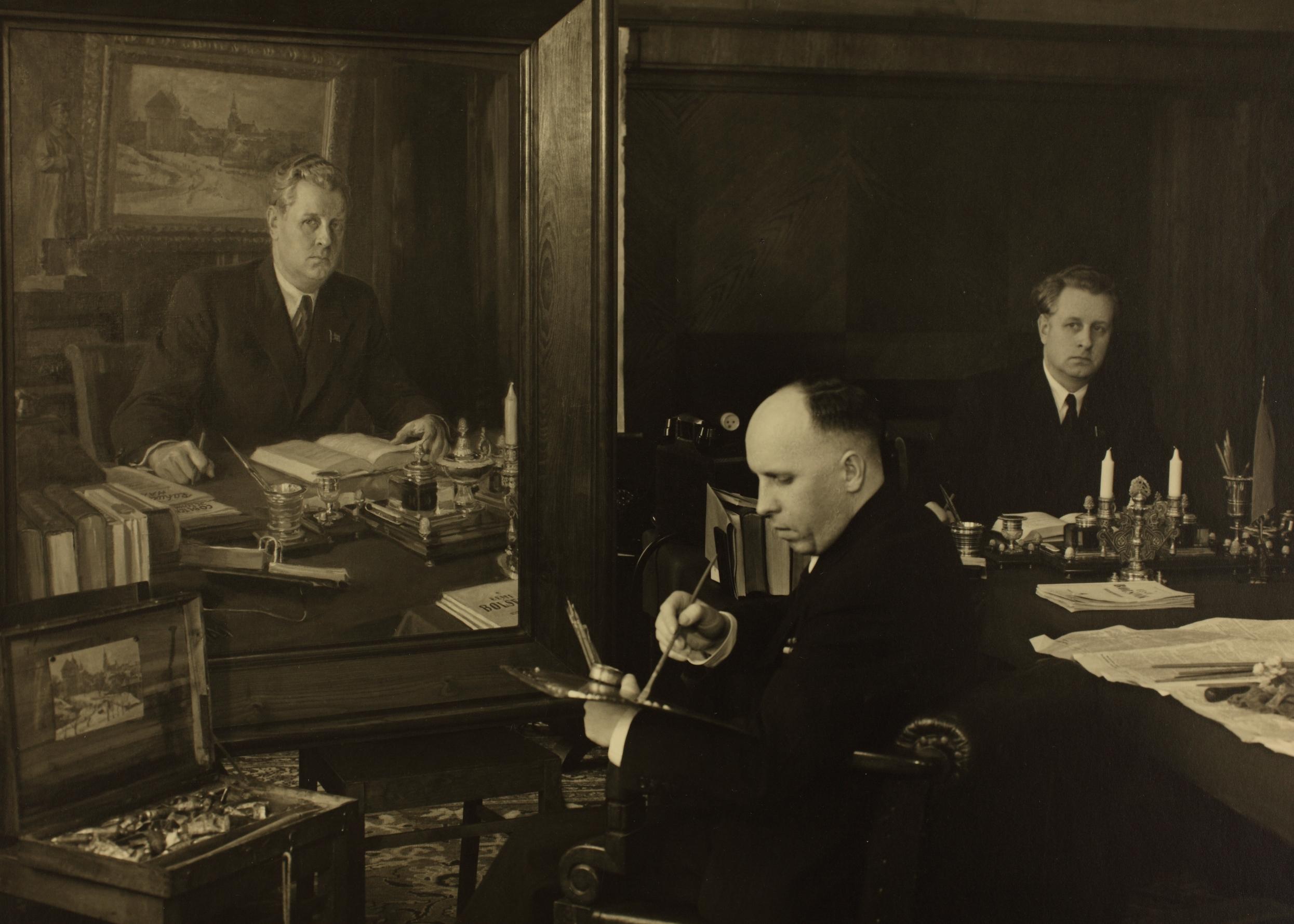 Nikolai Karotamm koos portretist Jar-Kravtšenkoga Karotamme kabinetis, 1947. ERAF.9607.1.973.2.
