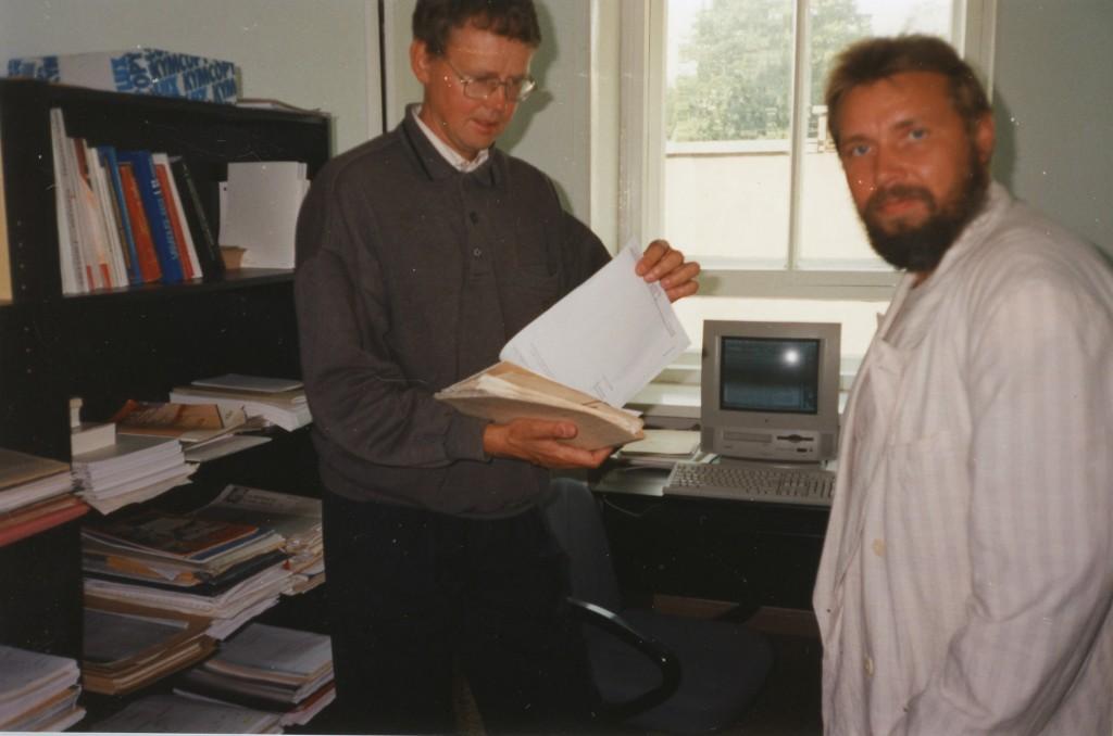 Indrek Jürjo ja Valdur Ohmann, taustal personaalarvuti, 1997. Valdur Ohmanni erakogu